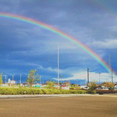 ディストーションギターとロックドラムが特徴的な力強いロックバラート「雨のち虹」